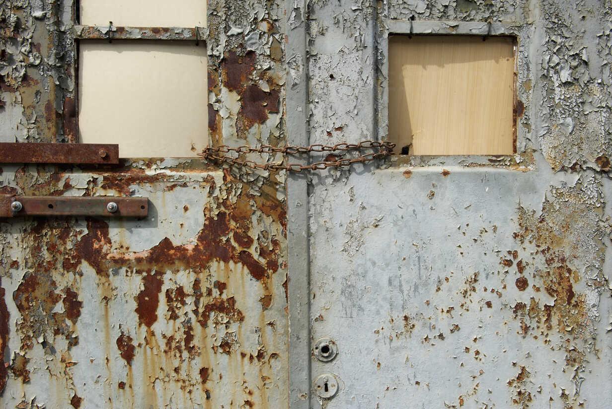 Germany, Brandenburg, Wustermark, Olympic village 1936, detail of rusted garage door - VI000060 - visual2020vision/Westend61