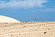 Spain, Fuerteventura, Corralejo, Parque Natural de Corralejo, road sign at the sand dune - VI000183