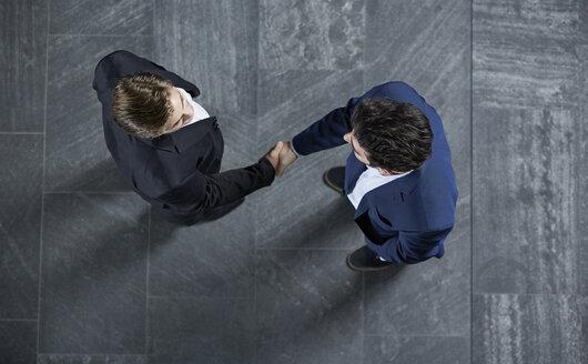 Germany, Neuss, Business men shaking hands - STKF000764