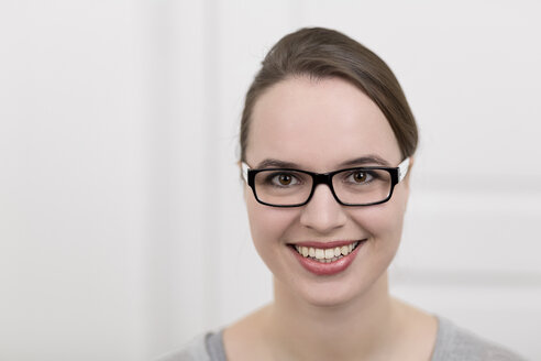 Smiling young woman with glasses, portrait - DRF000317