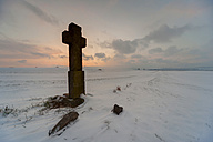 Germany,  Rhineland-Palatinate, Eifel, Cross on snow surface - PA000078