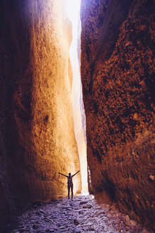 Australia, Western Australia, Kimberley, Purnululu National Park, Bungle Bungle, young woman at Echidna Chasm - MBE000927
