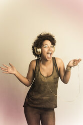 Portrait of dancing female Afro-American with headphones - NGF000056