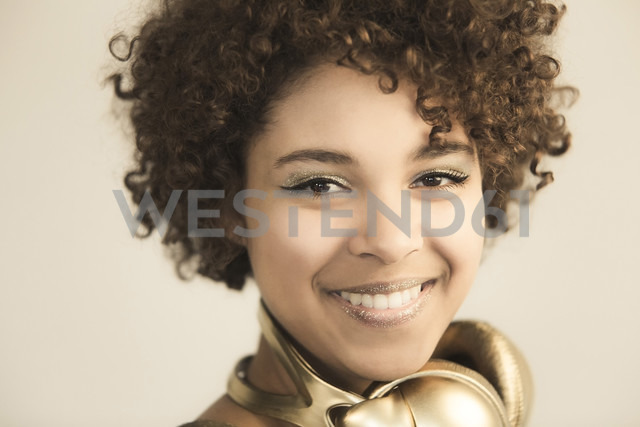 Portrait of female Afro-American with headphones - NGF000058 - Nadine Ginzel/Westend61