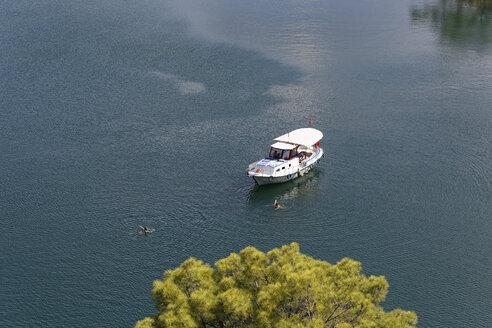 Turkey, Province Mugla, Boat and swimmers in Lake Koeycegiz - SIE004822