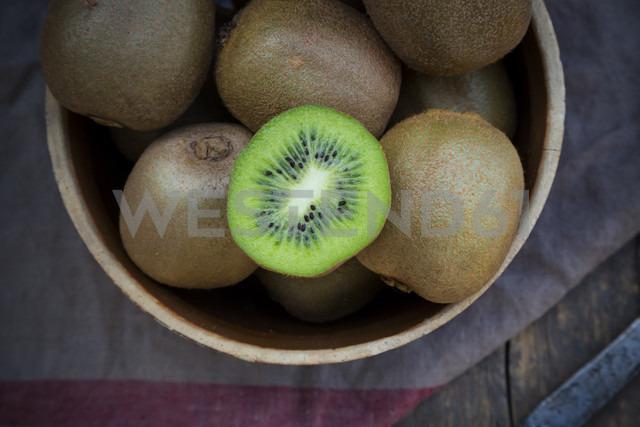 Bowl of kiwis (Actinidia deliciosa) on wooden table - LVF000379 - Larissa Veronesi/Westend61