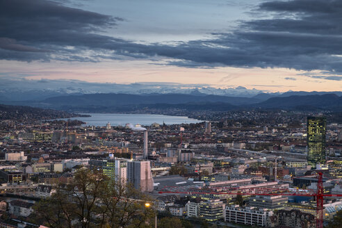 Switzerland, Canton Zurich, Zurich, city view to Zuerichsee and Swiss Alps in the evening - ELF000716