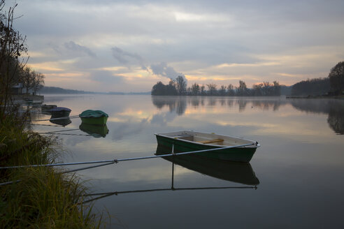 Germany, Bavaria, Landshut, Ergolding, foggy morning, boats at reservoir - SARF000154