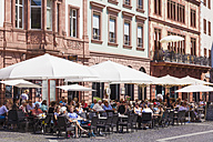 Germany, Mainz, People in street cafes - WD002149