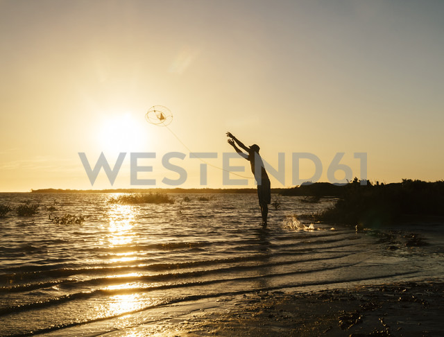 Australia, Carnarvon, Man fishing for crabs - MBE000995