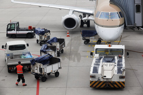 Germany, Lower Saxony, Hanover Airport, Plane is being loaded - BI000182