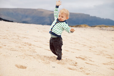 Spain, Lanzarote, Playa Blanca, little boy balancing at the beach - MFF000697