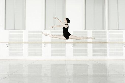 Germany, Leipzig, Ballet dancer rehearsing - CvK000022