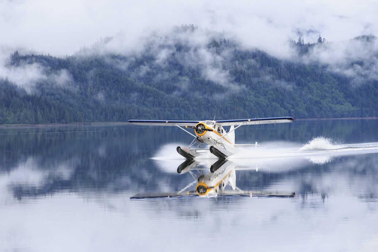Canada, British Columbia, Khutzeymateen Provincial Park, landing seaplane - FO005425 - Fotofeeling/Westend61