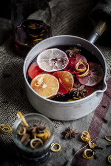 Casserole with mulled wine, slices of lemons and oranges and spices - SBDF000383