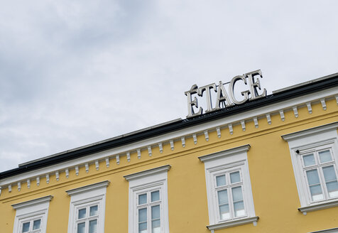 Sweden, Malmoe, part of yellow house facade with the word 'Etage' on the roof - VI000227