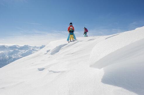Austria, Salzburg Country, Altenmarkt-Zauchensee, Family skiing in mountains - HHF004645