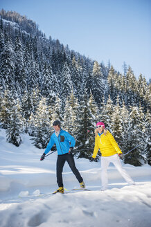 Austria, Salzburg Country, Altenmarkt-Zauchensee, Young couple cross-country skiing - HHF004659