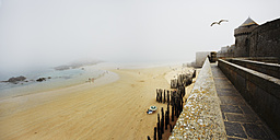 France, Bretagne, Saint-Malo, Beach and fortress in fog - BI000211