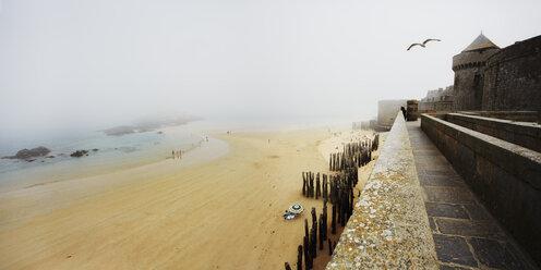 France, Bretagne, Saint-Malo, Beach and fortress in fog - BI000211