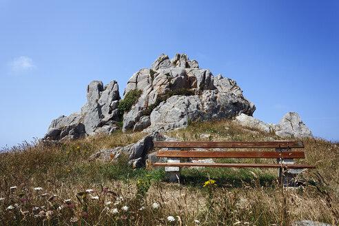 France, Bretagne, Plougrescant, Bench at hiking trail - BIF000235