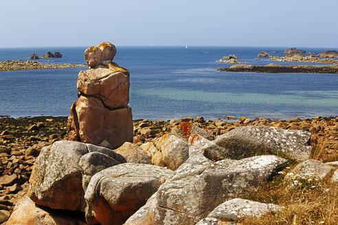 France, Bretagne, Plougrescant, Rock formations at the coast - BIF000262