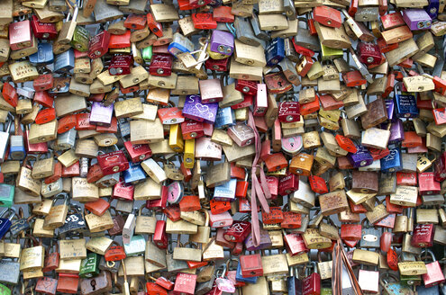 Germany, Cologne, padlocks of love on Hohenzollernbruecke - MH000251