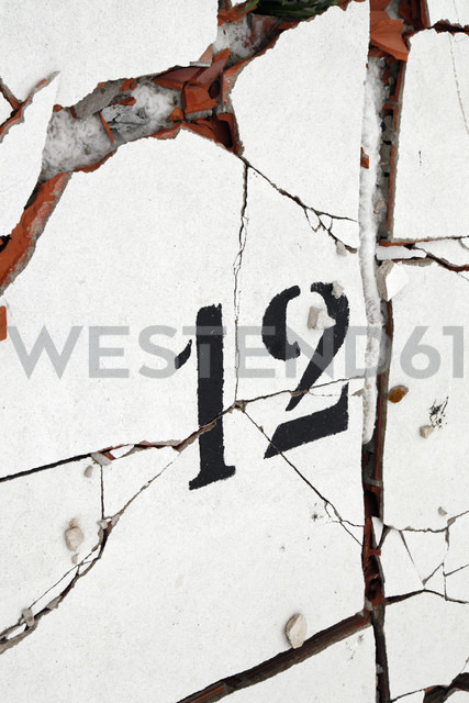 Spain, Catalonia, building site, number 12 on a cracked wall - JMF000277