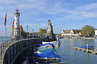 Germany, Bavaria, Swabia, Lake Constance, harbor with lighthouse and Bavarian lion - LB000463