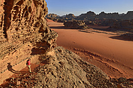 Algeria, Sahara, Tassili N'Ajjer National Park, Tassili Tadrart, woman hiking in the rocky landscape of the cirque - ES000871