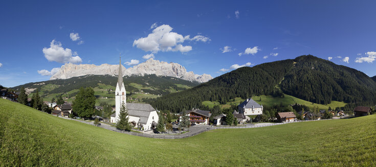 Italy, South Tyrol, Stern, Mountainscape and church - WWF003042