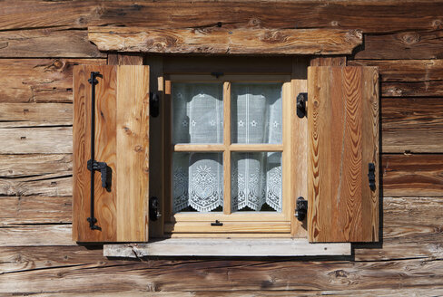 Italy, South Tyrol, Seiseralm, Window with curtain of alpine cabin - WWF003003