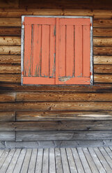Italy, South Tyrol, Vinschgau, Window at wooden house at Stelvio Pass - WWF003025