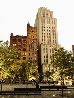 At the Place d'Armes with Art Deco building in the old town district of Montreal, Canada, Quebec, Montreal - SEF000202