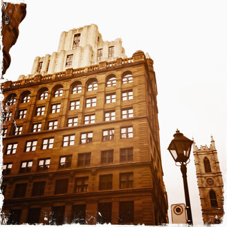 At the Place d'Armes with Art Deco building in the old town district of Montreal, Canada, Quebec, Montreal - SEF000201