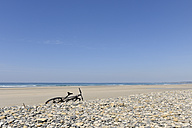 France, Bretagne, Finistere, bicycle at beach - LA000458