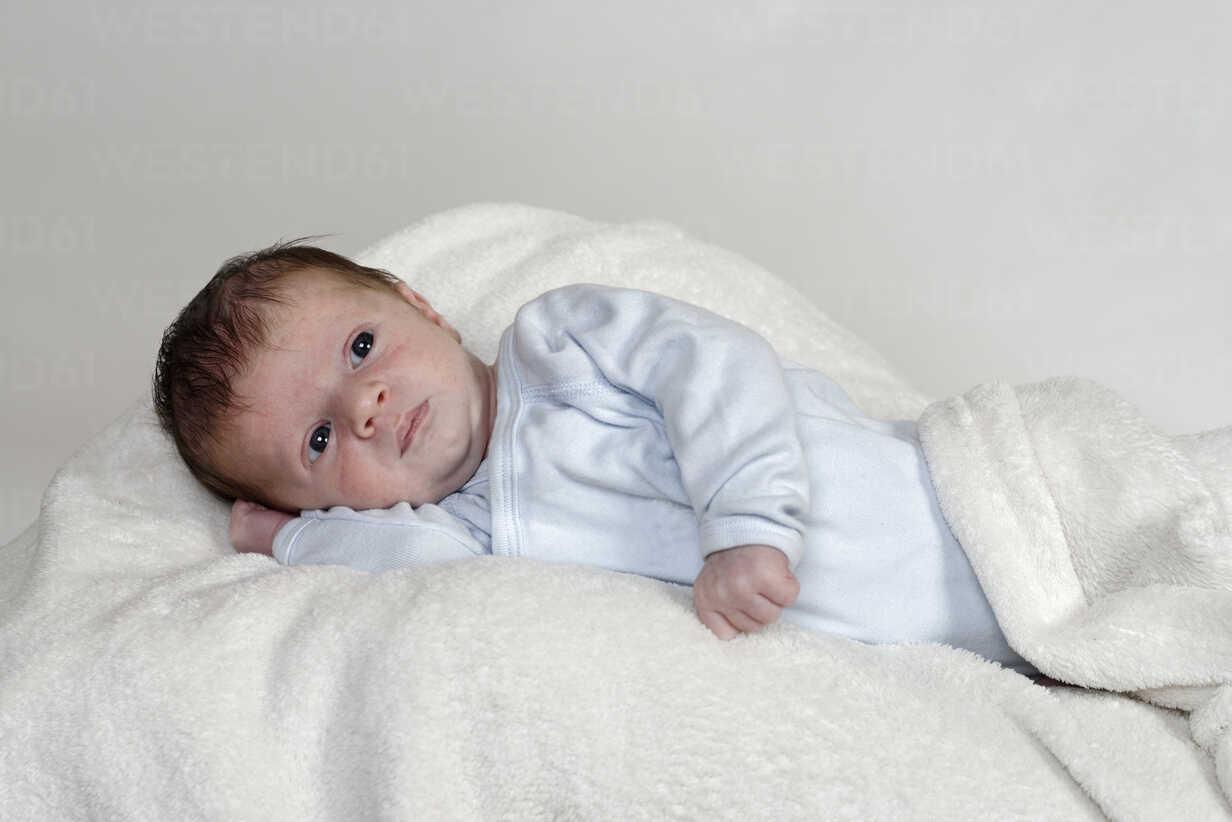 Three weeks old baby boy lying on white woollen blanket - LB000468 - Lisa und Wilfried Bahnmüller/Westend61