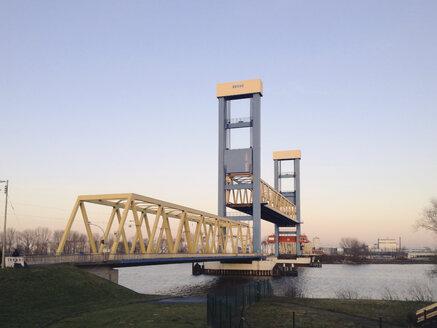 Lifting bridge crossing the river Elbe, Hamburg, Germany - SE000345