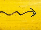 Arrow on yellow wooden wall, Munich, Bavaria, Germany - GSF000594