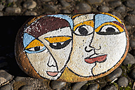 Portugal, Madeira, Santana, painted stone with lovers, close-up - HL000341