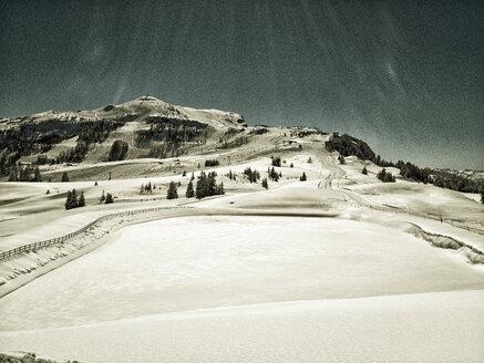 Snow-covered reservoir, stone slab, near Reit im Winkl - SRSF000424
