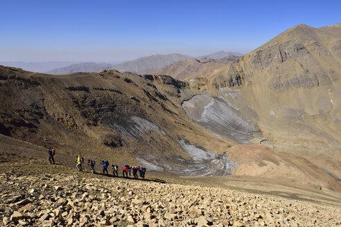 Iran, Mazandaran Province, Alborz mountains, Takht-e Suleyman Massif, Alam Kuh area, group of people hiking up mount Lashgarak, Hesarshal - ES000958