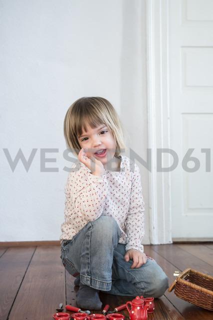 Little girl telling something - LVF000443