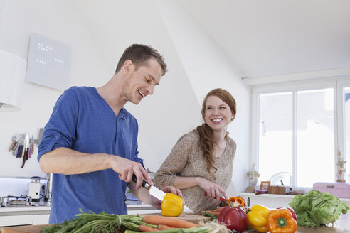 Young couple preparing food in kitchen - RBF001516