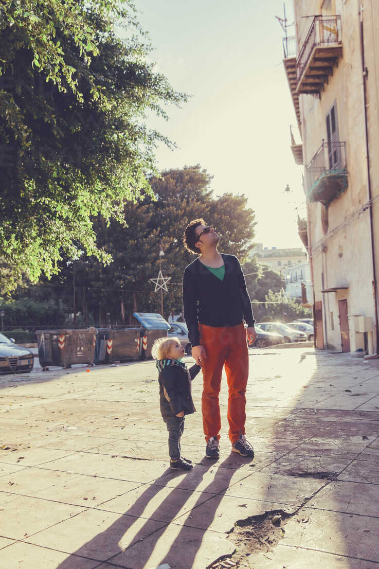 Italy, Sicily, Palermo, Father and son talking a walk - MFF000744 - Mareen Fischinger/Westend61