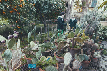Italy, Sicily, Palermo, Couple in botanical garden - MF000752