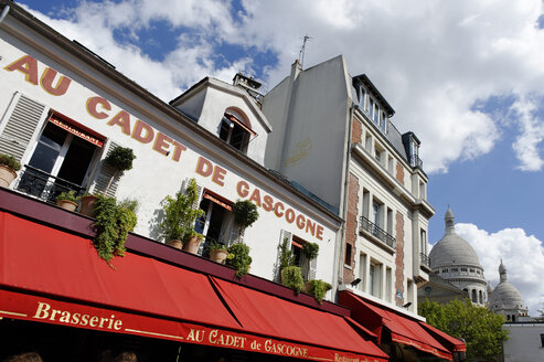 France, Paris, 18th arrondissement, Montmartre, view to Place du Tertre in front of Sacre Coeur - LB000479