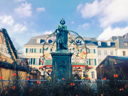 Beethoven statue in front of ferris wheel and Old Post Office on Muensterplatz during Christmas market, Bonn, North Rhine-Westphalia, Germany - MEAF000017