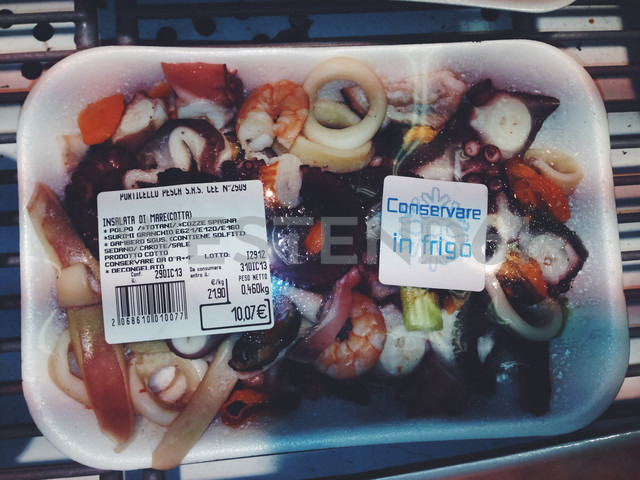 Sea food in supermarket packaging, Palermo, Sicily, Italy - MEA000042 - Ella Albrecht/Westend61