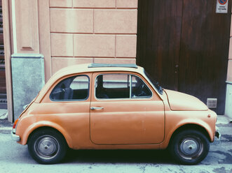 Yellow little car in front of yellow building in Palermo, Sicily, Italy - MEAF000022